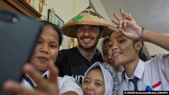 David Beckham berpose untuk foto dengan murid-murid SMPN 17 Semarang.