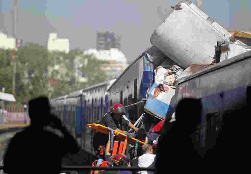 Juan Pablo Schiavi, secretario de Transporte, confirmó que 340 personas resultaron heridas y que todavía hay pasajeros atrapados en el interior del tren dos horas después del accidente.