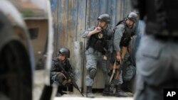 지난 24일 아프가니스탄 카불에서 발생한 폭탄테러 현장에 경찰둘이 출동했다. (자료사진)