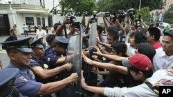 菲律宾示威者抗议美菲联合军演,抗议者与菲律宾防暴警察和美国使馆卫兵发生冲突。