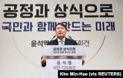Mantan Jaksa Agung Yoon Suk-yeol menyatakan pencalonannya sebagai presiden di sebuah peringatan yang didedikasikan untuk pengorbanan pejuang kemerdekaan Yun Bong-gil, di Seoul, Korea Selatan, 29 Juni 2021. (Foto: Kim Min-Hee via REUTERS)