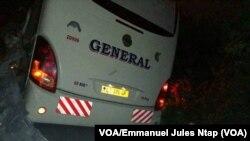 Un bus de la société General express voyages après un accident de la circulation à Yaoundé, Cameroun, 3 novembre 2017. (VOA/Emmanuel Jules Ntap)