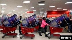 지난 11월 미국의 한 대형 소매점에서 연말할인기간을 맞아 고객들이 대형 TV를 고르고 있다.