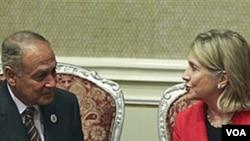 La secretaria de Estado, Hillary Clinton, habla con el ministro de Relaciones Internacionales de Egipto, Ahmed Aboul Gheit.