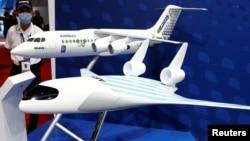 Model pesawat Airbus 'MAVERIC' dan E-Fan X di Pameran Dirgantara Singapura, 11 Februari 2020. (Foto: Reuters)
