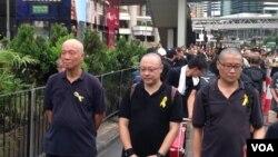 2014年9月,香港占中三子(左起:朱耀明、戴耀廷、陈健民)参与黑布大游行抗议假普选 (美国之音海彦拍摄)