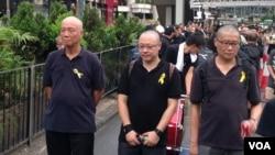占中三子(左起:朱耀明、戴耀廷、陈健民)参与黑布大游行抗议假普选 (美国之音海彦拍摄)