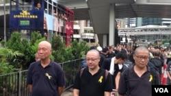 占中三子(左起)朱耀明、戴耀廷、陈健民参与黑布大游行抗议假普选(美国之音海彦拍摄)
