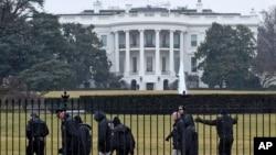 26일 백악관 경호원들이 뜰을 수색하고 있다.