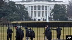 Petugas Dinas Rahasia terlihat di halaman selatan Gedung Putih, Senin (26/1).