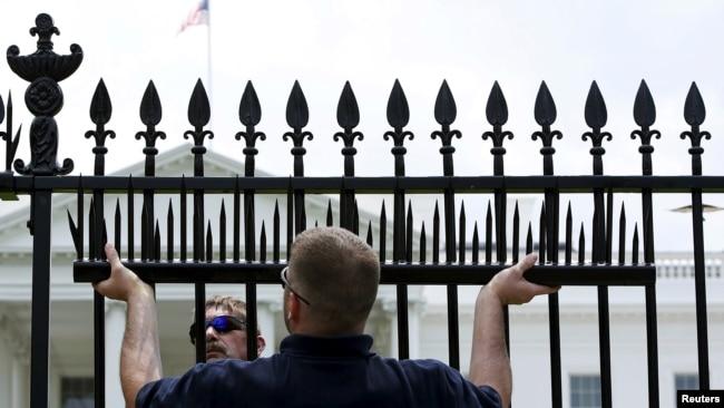 Hàng rào quanh Nhà Trắng được gia cố năm 2015 sau khi xảy ra nhiều vụ trèo rào.
