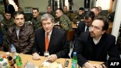 Слева направо: Михаил Саакашвили, Ричард Холбрук, Джон Басс. Архивное фото.