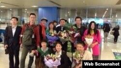 網友在北京機場歡迎獲釋的唐吉田(站右2)和王成(站右3)(網絡圖片)