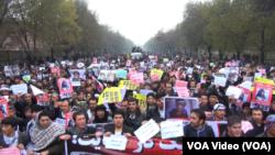 مظاهره کننده گان شعار های عدالت خواهی را نیز سر می دادند.