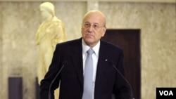 PM Najib Mikati saat berbicara kepada media di istana Presiden Lebanon di Baabda, Beirut timur, 25 Januari 2011.