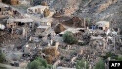 伊朗地震後一個村莊受損毀的情況