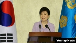 박근혜 한국 대통령이 26일 청와대에서 열린 여당 국회의원 초청 오찬에서 발언하고 있다.
