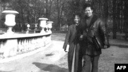Thi sĩ Nguyên Sa và phu nhân trong Vườn Luxembourg, Paris, 1954