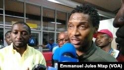 Rigobert Song est accueilli par les médias à l'aéroport de Yaoundé, 1er avril 2017. (VOA/Emmanuel Jules Ntap)