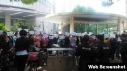 江苏学生家长抗议政府决定高校减招。(微博图片)