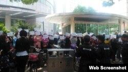 江蘇學生家長抗議政府決定高校減招。(微博圖片)