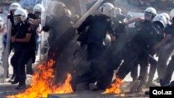 11일 터키 이스탄불 탁심광장에 출동한 경찰 주변에서 시위대가 던진 화염병으로 불이 붙었다.