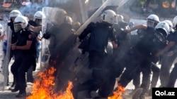 土耳其警察進入塔克西姆廣場時情景
