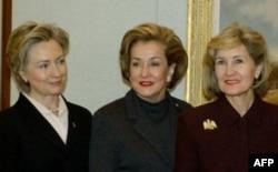 Senator Xatchison safdoshi Elizabet Doul va hozirda AQSh Davlat kotibasi Xillari Klinton bilan