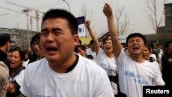지난 25일 중국 베이징 주재 말레이시아 대사관 앞세어, 실종 여객기 탑승자 가족들이 항의 시위를 벌이고 있다.