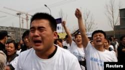 失踪马航班机乘客亲属在马来西亚驻北京大使馆外抗议游行。(2014年3月25日)