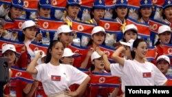 북한이 오는 9월 한국에서 열리는 제17회 인천 아시안게임에 응원단을 파견한다고 밝혔다. 사진은 지난 2002년 10월 1일 부산 부경대체육관에서 열린 부산 아시안게임 역도 경기에서 단체 응원을 펼치는 북한 응원단의 모습.