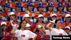 북한이 14개 종목 350여 명의 임원과 선수단의 참가 신청을 아시아올림픽평의회에 제출했다.사진은 지난 2002년 10월 1일 부산 부경대체육관에서 열린 부산 아시안게임 역도 경기에서 단체 응원을 펼치는 북한 응원단의 모습.