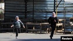 کودکان لبنانی در گریز از گلوله، طرابلس، دوشنبه ۲۰ ژانویه