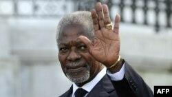 L'ancien secrétaire général des Nations Unies, Kofi Annan, salue à la conférence pour promouvoir une résolution au Pays basque, dans la ville basque de Saint-Sébastien, au nord de l'Espagne, le 17 octobre 2011.