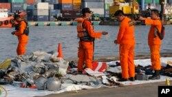 29일 인도네시아 저가 항공사인 라이언 에어의 JT-610편이 자카르타 탄중 프리오크 항구 인근 해역에서 추락한 가운데, 인도네시아 수색구조 대원들이 바다에서 건진 항공기 동체와 탑승객의 소지품들을 조사하고 있다.