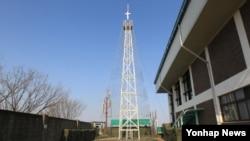 한국 김포의 해병 2사단 애기봉 전망대에 설치된 등탑이 43년 만에 철거됐다. 사진은 지난 2011년 촬영된 등탑.