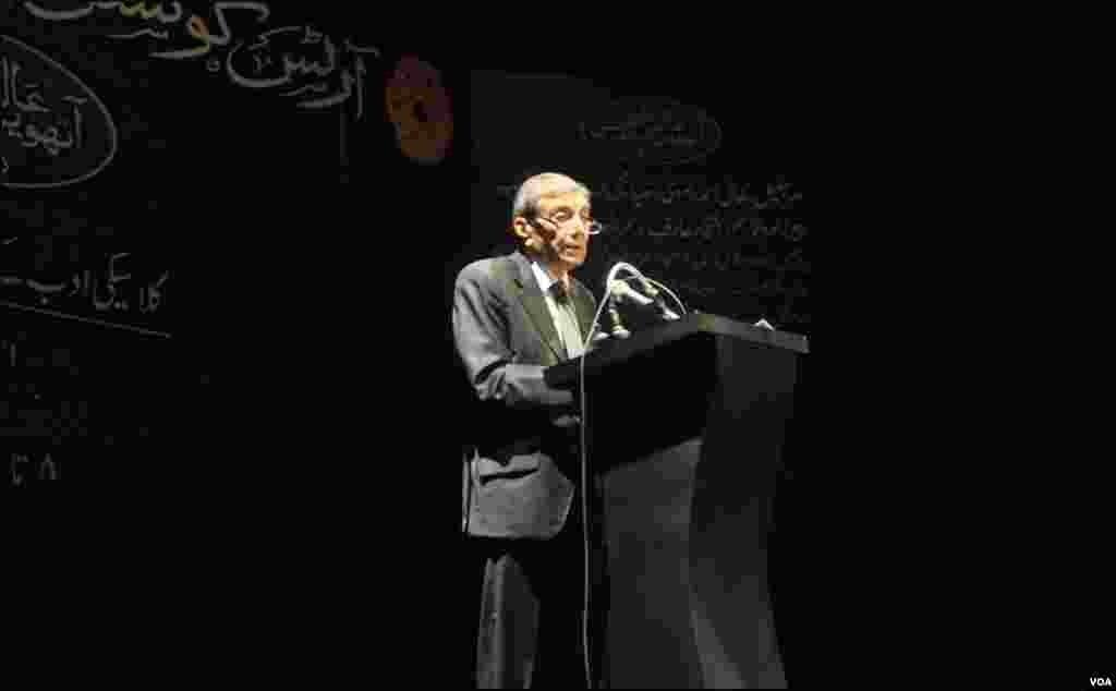 ضیا محی الدین نے کانفرنس کے پہلے روز کے اختتامی اجلاس میں اردو کلاسیکی ادب کے منتخب حصوں پر مبنی کلام پڑھا