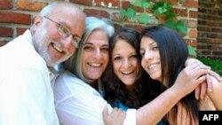 Nhà thầu người Mỹ, ông Alan Gross cùng với vợ và hai cô con gái (ảnh của gia đình ông Gross).
