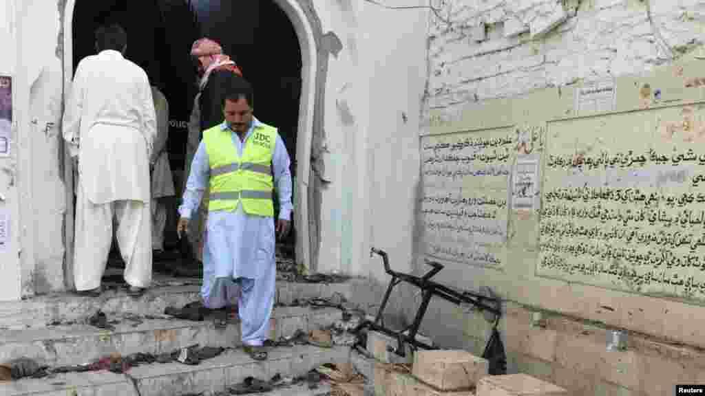 صوبہ سندھ کے ضلع شکارپور میں جمعہ کو ایک بم دھماکے میں کم ازکم 60 افراد ہلاک اور درجنوں زخمی ہو ئے۔