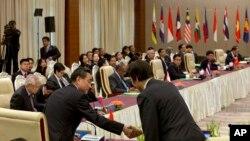 中国外长王毅在缅甸东盟会议上与韩国外长握手。日本、韩国和中国的外长都参加了这次在缅甸举行的东盟+三外长会议。