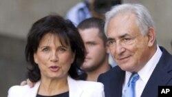 Mkuu wa zamani wa IMF Dominique Strauss-Kahn na mkewe Anne Sinclair mjini New York July 1, 2011.