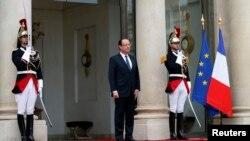 Presiden Perancis Francois Hollande berdiri di depan istana Elysee (Foto: dok). Presiden Hollande telah menandatangani UU yang melegalkan pernikahan sesama jenis di Perancis.