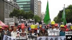 台灣豬農抗議含瘦肉精美牛進口。(資料照片)