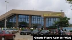 Façade de l'aéroport international cardinal Bernardin Gantin de Cotonou, le 17 mai 2017. (VOA/Ginette Fleure Adande)