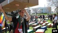 反战人士抬着模拟棺材在华盛顿示威