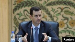 Presiden Suriah Bashar al-Assad berbicara kepada para pejabat dalam pemerintahan barunya di Damaskus, Suriah (Foto: dok). Presiden Assad telah merombak kabinetnya, kecuali pos-pos utama seperti kementerian pertahanan dan dalam negeri.