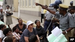 The demonstrators urged President Robert Mugabe to apologize for saying Kalangas are uneducated crooks.