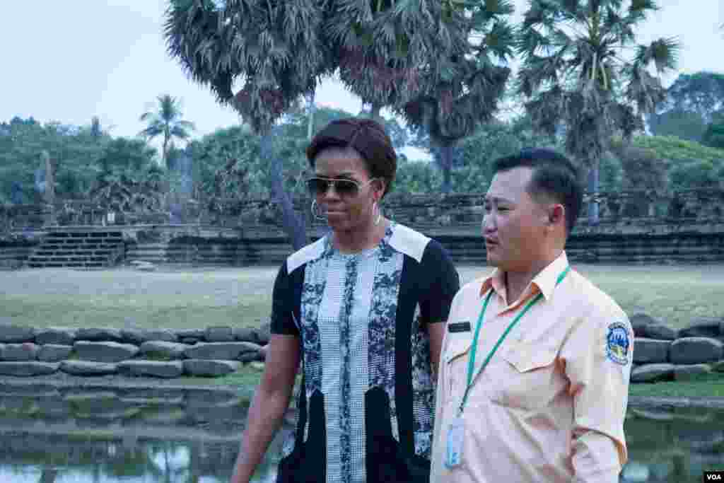 Michelle Obama walked with her tour guide in Angkor Wat compound.