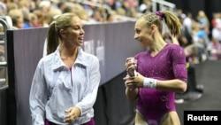 Olivia Greaves riant avec son coach Maggie Haney lors du championnat de gymnastique, USA, le 9 août 2019.