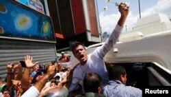 Leopoldo López es introducido dentro de un vehículo blindado de la Guardia Nacional luego de su captura el miércoles en Caracas.